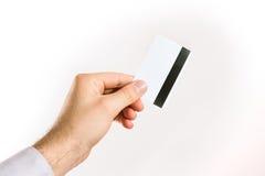 Main supportant une carte de crédit Image libre de droits