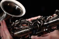 Main sur des boutons de saxophone Photographie stock libre de droits
