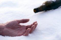 Main sur la bouteille à bière de neige image stock