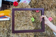 Main sur le cadre avec le fond Photographie stock