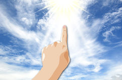 Main sur le ciel bleu Photo stock