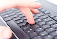 Main sur le clavier Photo stock