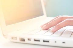 Main sur le clavier de l'ordinateur portable, concept en ligne d'achats Image libre de droits
