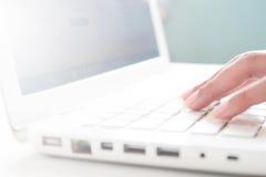 Main sur le clavier de l'ordinateur portable, concept en ligne d'achats Photos libres de droits