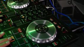 Main sur le mélangeur audio professionnel Équipement près du DJ banque de vidéos