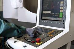 Main sur le panneau de commande d'une machine programmable de commande numérique par ordinateur Photographie stock libre de droits