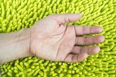 main sur le tapis mou Image libre de droits