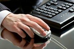 Main sur une souris photos libres de droits