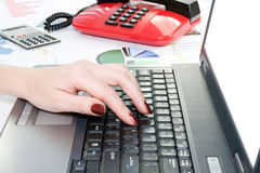 main tapant sur le clavier d'ordinateur. Photographie stock libre de droits