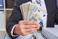 Main tenant d'euro factures d'argent Photographie stock libre de droits
