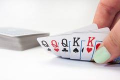 Main tenant des cartes de pleine maison dans le tisonnier Photo stock