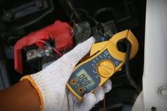 Main tenant des outils de réparation de voiture photos stock