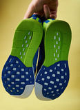 Main tenant des paires de chaussures courantes Image stock