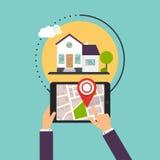 Main tenant des Smartphones avec la maison mobile de recherche d'application Image stock