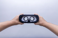 Main tenant des verres de VR Photographie stock