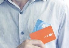 Main tenant deux cartes de crédit image stock