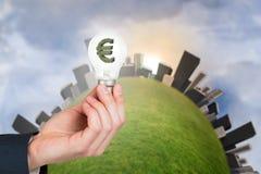 Main tenant l'ampoule environnementale Photo libre de droits