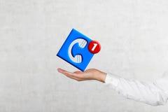 Main tenant l'icône de téléphone portable Photo libre de droits