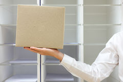 Main tenant la boîte aux lettres de carton Photo stock