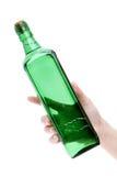 Main tenant la bouteille en verre Photos libres de droits