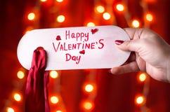 Main tenant la carte heureuse de jour de valentines Photos libres de droits