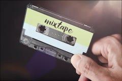 Main tenant la cassette sonore de mixtape images libres de droits