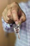Main tenant la clé de Chambre image libre de droits