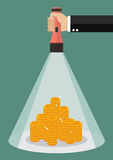 Main tenant la lueur de lampe-torche sur l'argent Image libre de droits