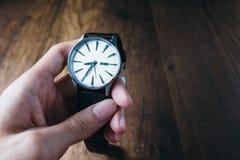 Main tenant la montre classique de vintage Photo stock