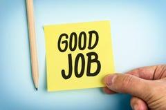 Main tenant la note de papier jaune avec le bon travail de mots Photo stock