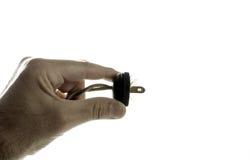 Main tenant la prise électrique de vintage Photo libre de droits