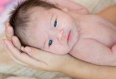 main tenant le bébé nouveau-né mignon photos stock