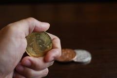 Main tenant le bitcoin, concept d'investisseur images stock