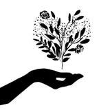 Main tenant le coeur de nature Images libres de droits