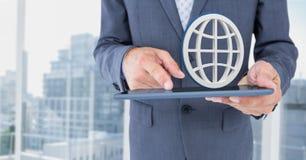 Main tenant le comprimé avec l'icône du monde 3D Image libre de droits