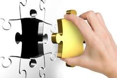 Main tenant le dernier morceau d'or absent de puzzle Photographie stock