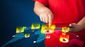 Main tenant le dispositif de comprimé avec la carte du réseau sociale Image stock