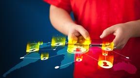 Main tenant le dispositif de comprimé avec la carte du réseau sociale Photo stock