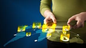 Main tenant le dispositif de comprimé avec la carte du réseau sociale Image libre de droits