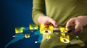 Main tenant le dispositif de comprimé avec la carte du réseau sociale Photo libre de droits