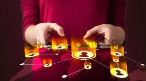 Main tenant le dispositif de comprimé avec la carte du réseau sociale Photos stock