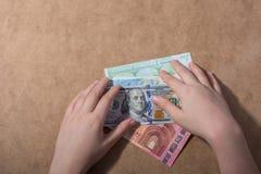 Main tenant le dollar américain sur le fond en bois image stock