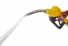 Main tenant le gaz résiduel de gicleur d'essence images stock