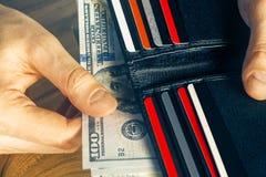 Main tenant le portefeuille Images libres de droits