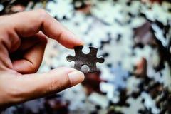 Main tenant le puzzle photo libre de droits