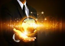 Main tenant le réseau social avec le globe Photo stock