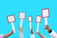 main tenant le signe vide pour l'avis, la plaquette, les ventes et la vente aux enchères pour des affaires photos libres de droits