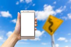 Main tenant le smartphone avec l'écran vide Image libre de droits
