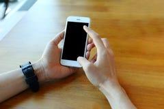 Main tenant le smartphone avec le contact sur l'écran Photo libre de droits