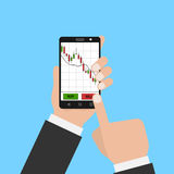 Main tenant le smartphone avec le diagramme d'actions de forex Photo stock